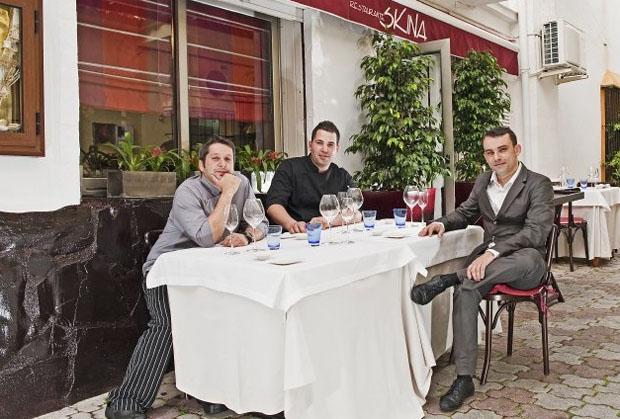 El cocinero gaditano Mauro Martínez (en el centro de la foto) junto a su colega Daniel Rosado y el propietario de Eskina, el somelier Marcos Granda. Foto: Cedida por el restaurante Skina