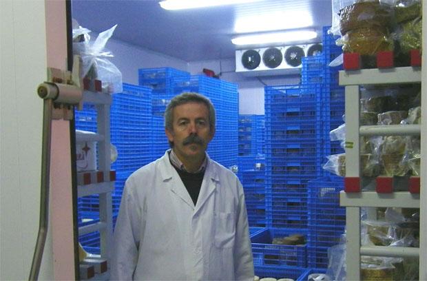 Miguel Angel Gago en una de las cámaras de curación de queso de El Bosqueño en la población gaditana de El Bosque. Foto: Cosas de Comé