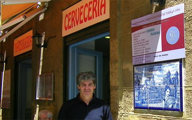 Rafael Alvarez junto al mosaico colocado junto a una de las puertas de Joselito. Foto: Cosas de Comé