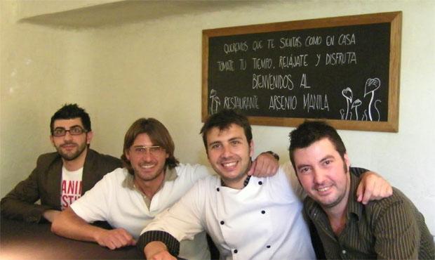 El equipo de Arsenio Manila. De izquierda a derecha Toni Fernández, Raúl Cueto, José Luis Quintero y Carl Borg. Foto: Cosas de Comé