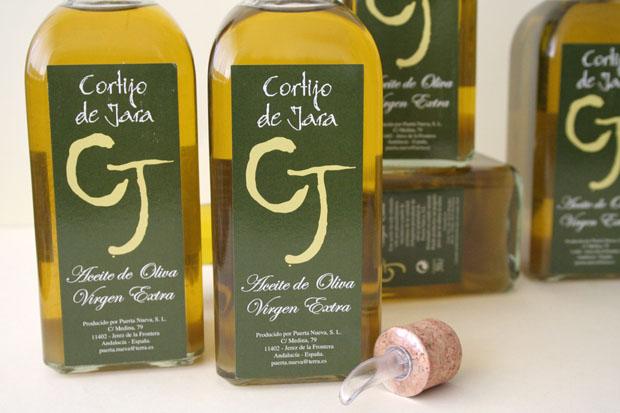 El aceite de arbequina de Cortijo de Jara se vende en frascas con dispensador. Foto: Lola Monforte