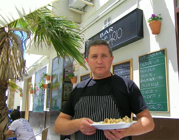 El cocinero Angel Ramos en la terraza de El Balneario en la calle de La Palma del barrio de La Viña. Foto: Cosas de Comé
