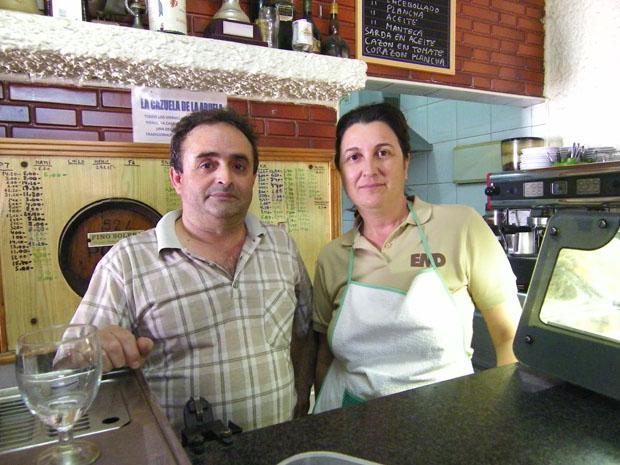 Antonio Malia y María Román en su taberna de Barbate. Foto: Cosas de Comé.