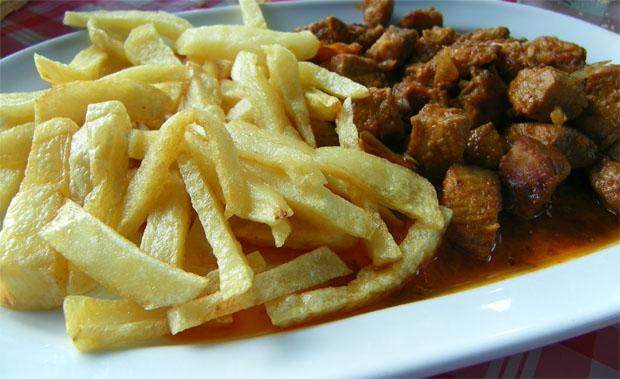 La carne a la matanza de El Inesperado, uno de los platos famosos de Puerto Real que se podrán tomar en esta ruta de la tapa. Observern la papas fritas. Foto: Cosas de Comé.