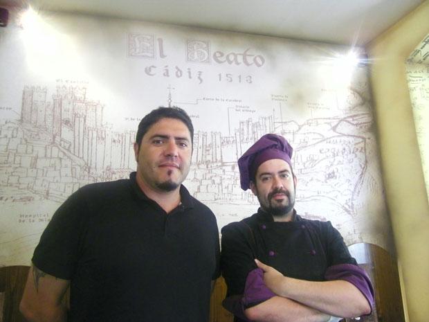 David Benítez e Ismael Pájaro delante del gran grabado que preside el comedor del local. Foto: Cosas de Comé