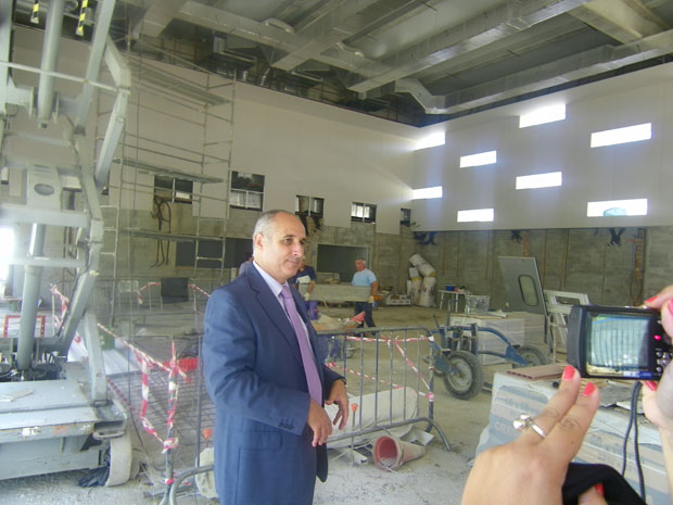 El presidente del grupo Romero Caballero, Francisco Romero, enseña las instalaciones de la nueva tienda, cuyas obras están ya muy avanzadas. Foto: Cosas de Comé