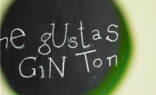 Invitación a tomar gin tonic en la pizarra del restaurante Albedrío. Foto: Cedida por el restaurante Albedrío.