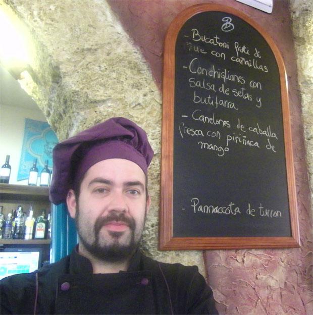 Ismael Pájaro con pizarra con platos en El Beato