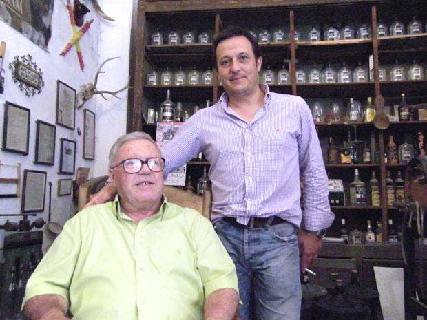 Laureano Rubín de Ceballos, conocido como Nani en San Fernando junto a Pepe Oneto en la bodega situada tras la ferretería, donde antiguamente estuvo el bar El Deán. Foto: Cosas de Comé.