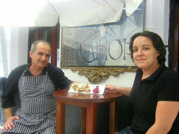 El cocinero Luis Ripoll y Ana Zamora, gerente del ultramarinos Barl El Cañón, posan junto a la tapa que ofrecerán en la Ruta en la que se estrenan este año. Foto: Cosas de Comé.