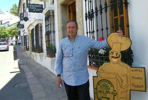 Pepe Gómez Rojas en la puerta de Cádiz El Chiclo el restaurante que, de nuevo, regenta su familia. Foto: Cosas de Comé