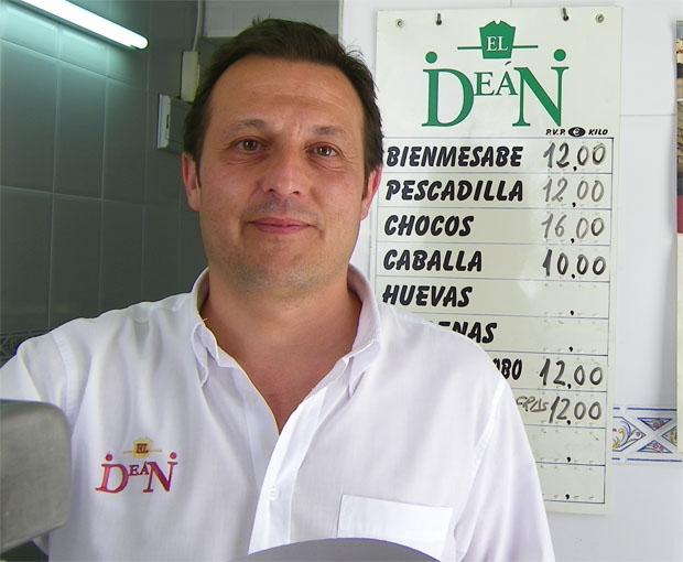 Pepe Oneto en El Deán. Tras el puede verse la lista con las especialidades del freidor: Foto: Cosas de Comé.