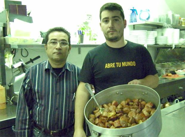 Antonio Gil, creador de este plato y su hijo Antonio Gil Benitez, que hace actualmente la receta en el restaurante. Los dos aparecen aquí en la cocina del Mesón El Tabanco con una olla de carne. Foto: Cosas de Comé.