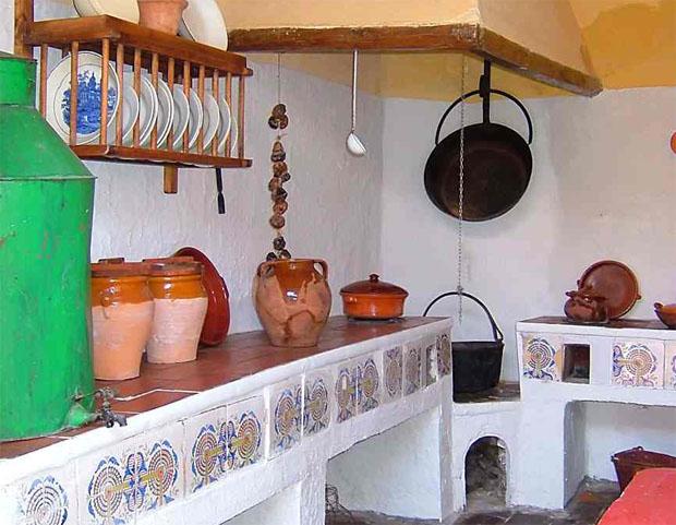 Cocina del tipo poyo hornilla localizada por la Asociación Cultural Puerta del Sol en Córdoba. Foto cedida por la asociación.