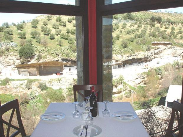 Vistas de Setenil desde una mesa del comedor del restaurante El Mirador. Foto: cedida por el restaurante El Mirador