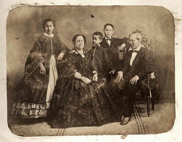 María Antonio Sánchez Pardal (de pie) junto a su familia. Foto cedida por la Asociación Cultural Puerta del Sol.