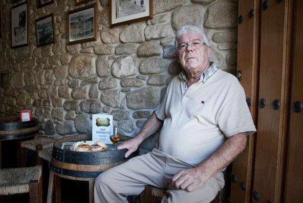 Frasquito Domínguez en su bar de Setenil. A su lado la tapa de masita, una de las más solicitadas en el bar. Foto: Cosas de Comé