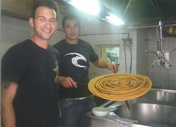 Israel Expósito y Raúl Pino, con la rueda de churros en El 44 de San Fernando. Foto: Cosas de Comé