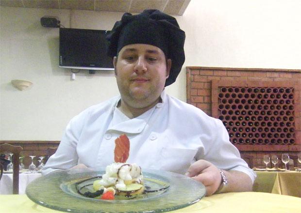 El cocinero José Manuel Flores Pina del Mesón Alcazaba con su plato de bacalao. Foto: Cosas de Comé