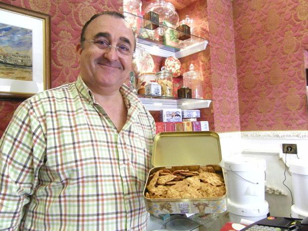 José Manuel Ibañez, el creador de las Tejas, con una de sus populares latas de tejas en la tienda que tienen en la calle Misericordia de El Puerto. Foto: Cosas de Comé