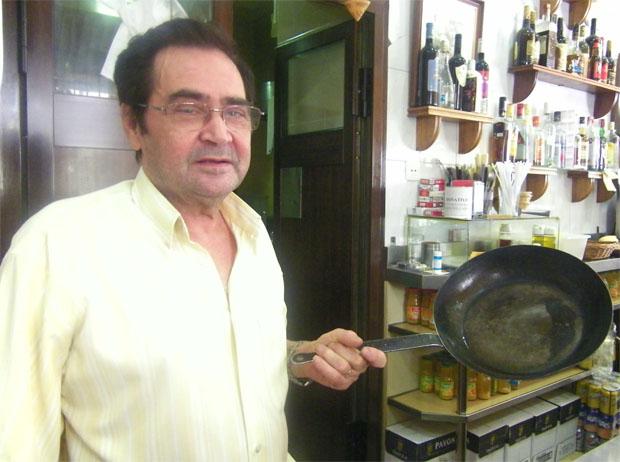 Juan Benitez Verano con la sartén que utilizan para hacer sus tortillas desde hace más de 40 años. Foto: Cosas de Comé.