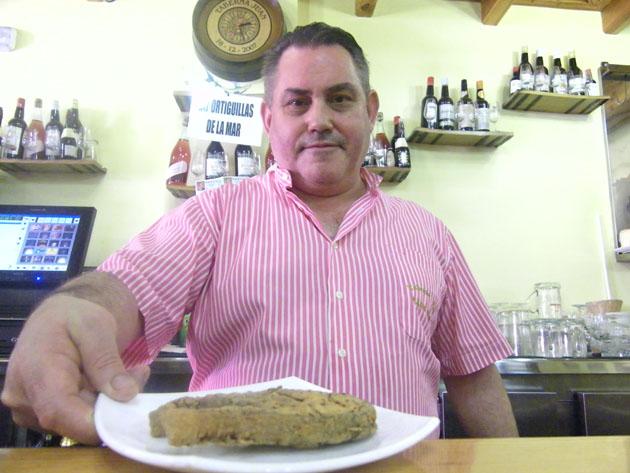 Juan Ramos, conocido como Juan Barbiana, con una tapa de anchoba en la taberna Juan. Foto: Cosas de Comé
