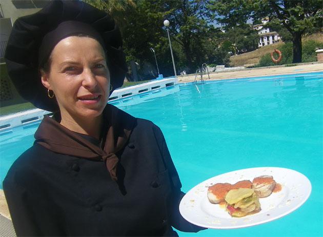 La cocinera Laura Guzmán con su plato de medallones de conejo en la teraza del restaurante, situada junto a la piscina. Foto: Cosas de Comé.