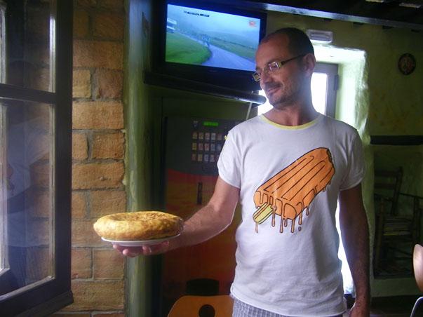 Manolo Barba con una de las tortillas que hace a diario su madre. Foto: Cosas de Comé.
