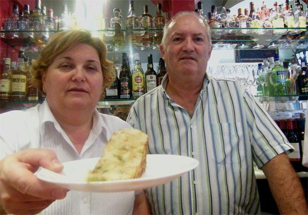 Manuela Garrido y Fernando Fernánez con su tortilla de la cafetería Bohemia de Cádiz. Foto: Cosas de Comé