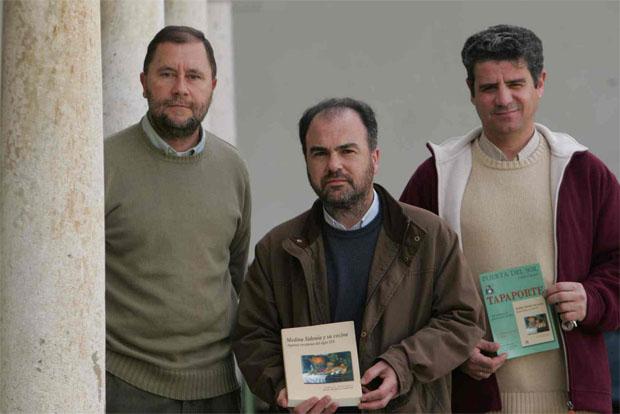 Miguel Roa, Jesús Romero Valiente y Ramón Pérez Montero, tres de los miembros de la Asociación Puerta del Sol, que ha realizado el libro. Foto: La Voz de Cádiz