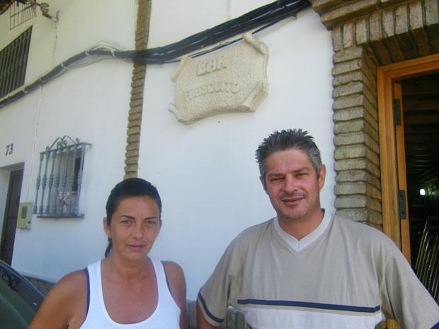 Montse Linares y Eduardo Hidlago, familiares de Frasquito Domínguez, se ocupan ahora de atender el Bar Frasquito de Setenil. Foto: Cosas de Comé.