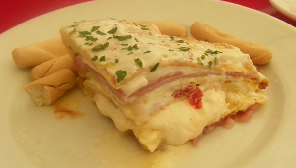 El pastel de tortilla se sirve caliente. Foto: Cosas de Comé.