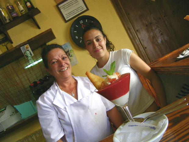 La cocinera Pepi Barea, junto a Nuria Fernández, con su tapa ganadora. Foto: Cosas de Comé.