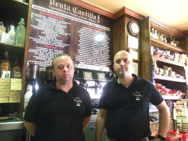 Los hermanos Raúl y Jesús Costilla Doblas delante de la tabla que anuncia sus montaditos. Foto: Cosas de Comé