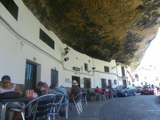 Las terrazas de los bars de la calle Cuevas del Sol están situadas debajo de las rocas. Foto: Cosas de Comé.