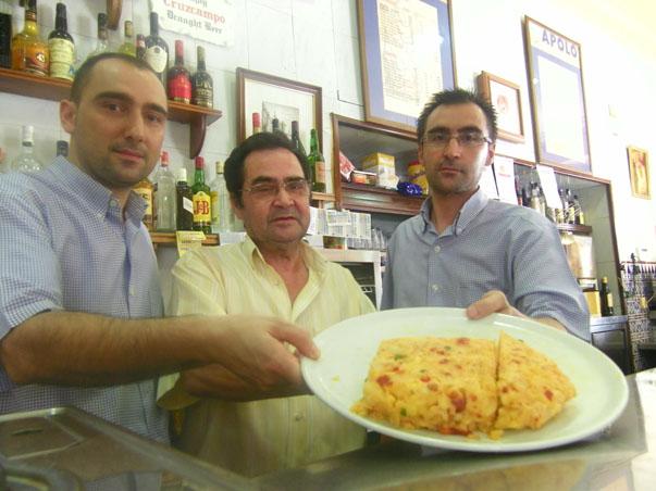 Roberto y Juan Diego Benitez junto a su padre Juan Benitez con el tortillón del Apolo. Foto: Cosas de Comé