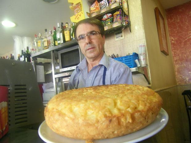 La tortilla del Bar Nebraska de la ciudad de Cádiz, una de las más famosas de la provincia. Detrás, su autor, Cristobal Estudillo. Foto: Cosas de Comé