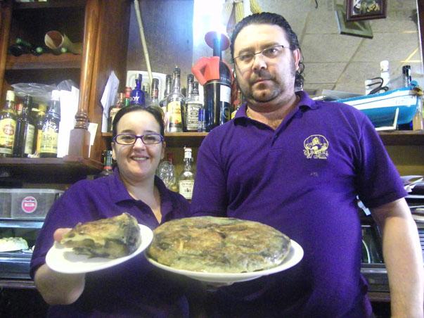 Natalia Rizzo y José Antonio Rosado con su famosa tortilla. Foto: Cosas de Comé