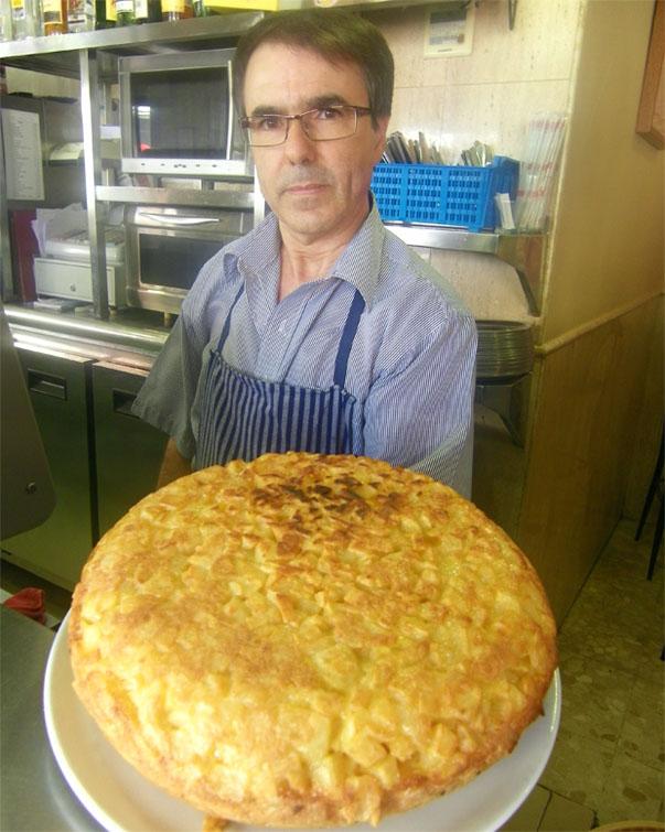 Cristobal Estudillo con su tortillón del Nebraska. Foto: Cosas de Comé