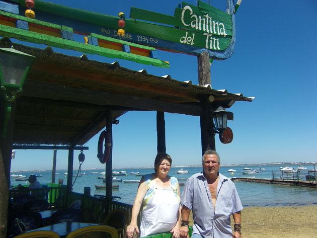 Ana y Bartolo Muñoz a la entrada de la cantina del Titi. Foto: Cosas de Comé.