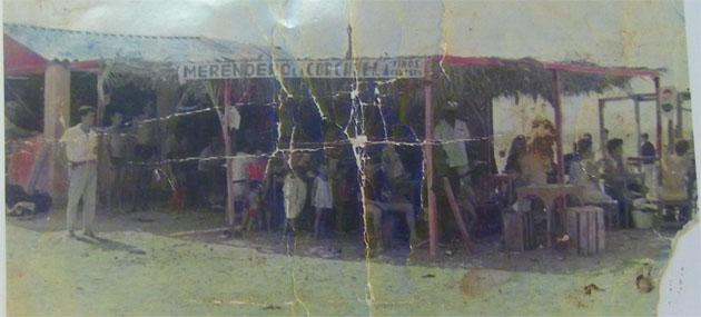En esta foto, aunque muy deteriorada y tomada por el conocido fotógrafo de San Fernando Muriel, puede verse el primitivo aspecto del merendero La Corchuela con la terraza hecha con maderas y cañizos. Foto: Cedida por el Merendero.