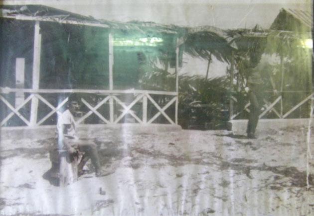Aunque la foto está muy deteriorada, aquí puede verse el aspecto de la Cantina del Titi en la década de los 50. El niño que aparece sentado en el medio es Bartolo Muñoz, uno de los actuales propietarios. Foto: Cedida por la Cantina del Titi.