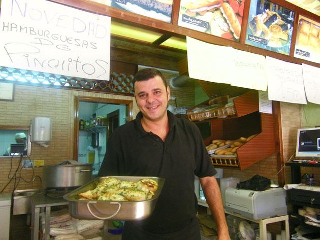 El cocinero David Lázaro con una fuente de chocos listos para vender. Foto: Cosas de Comé
