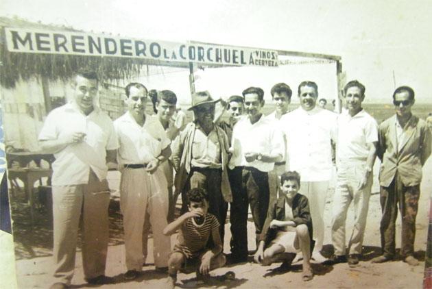 Una reunión de amigos en el merendero La Corchuela, pocos años después de su inauguración a mediados del siglo XX. Foto: Cedida por el Merendero.