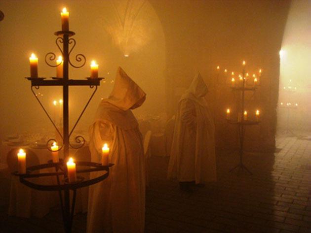 Así son recibidos los invitados en la boda ambientada en un convento de la Edad Media. Foto: Gourmet Cobos Catering