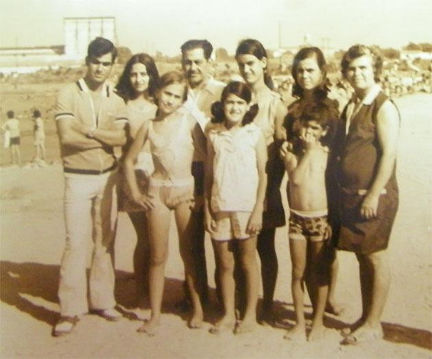 Enrique Muriel, que aparece detrás en el centro de la foto, junto a su familia en una foto tomada en la playa de la Casería. En la esquina derecha aparece su mujer, María Rondán González, creadora de la famosa receta del menudo de La Corchuela. Foto: Cedida por el Merendero.