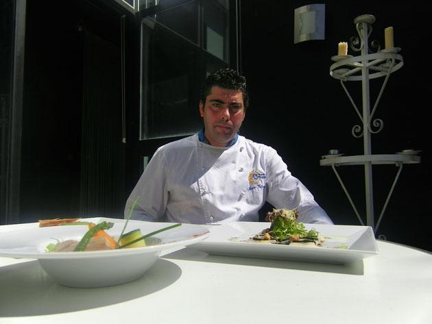 El cocinero Iván Valero con dos de sus creaciones para Cobos. Foto: Cosas de Comé