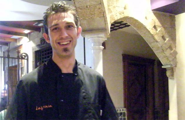 """El cocinero José Luis Domínguez, el creador de estas originales tortillitas de camarones """"italianizadas"""". Foto: Cosas de Comé."""