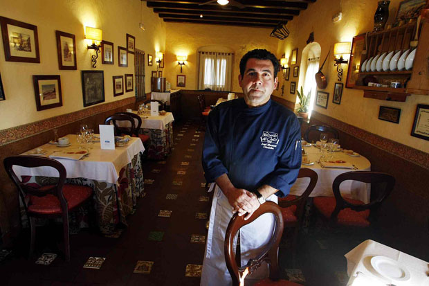 José Manuel Córdoba en uno de los salones de su restaurante, el Ventorrillo de El Chato. Foto: Cedida por La Voz de Cádiz