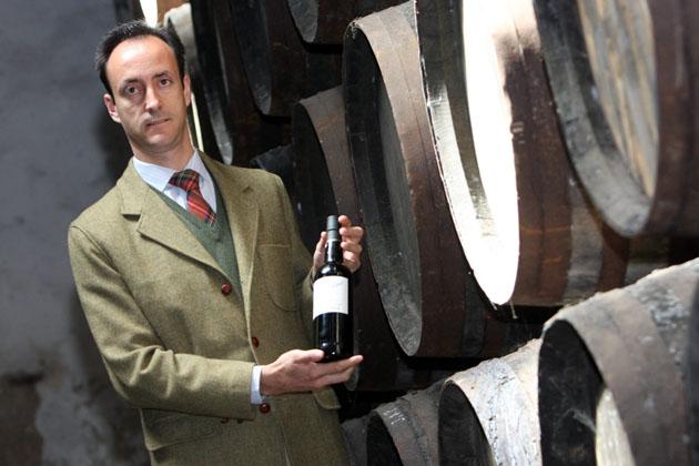 Juan Manuel Martín Hidalgo con una botella de La Panesa, uno de los vinos mejor valorados por Parker. Foto: Juan Carlos Corchado